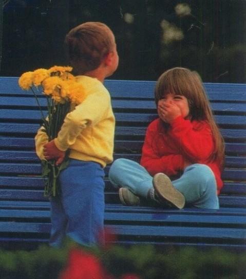 immagini-damore-bambino-che-da-i-fiori-alla-sua-fidanzata